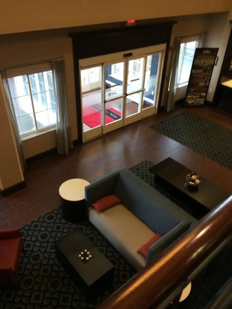 Hampton Inn Littleton: View of lobby from the staircase