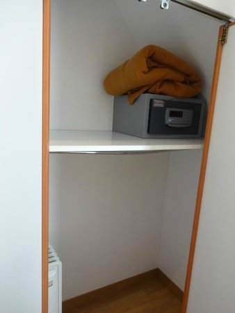 Home MODERNE : Closet with safe included