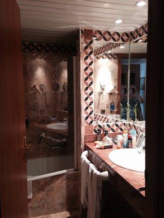Hotel Palma Bellver By Melia: Cute, clean bathroom