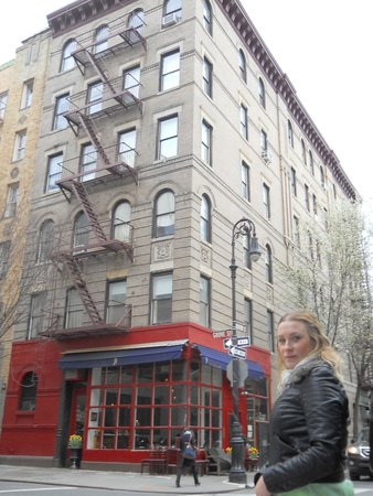 "Real New York Tours: The ""Friends"" Building"