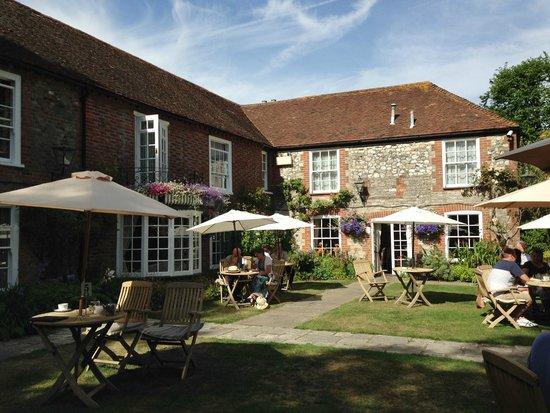 Millstream Hotel & Restaurant: The front garden at the Millstream Hotel