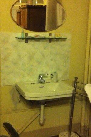Dogana Vecchia: Il lavandino di fianco al letto!!! HOTEL DELL'ORRORE