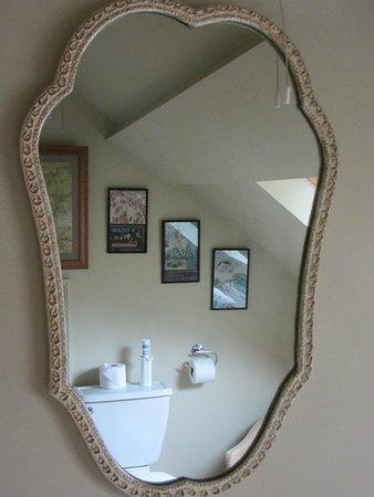 Duke House B&B: Bathroom mirror