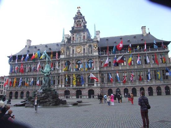 Grote Markt van Antwerpen: Все флаги будут в гости к нам.