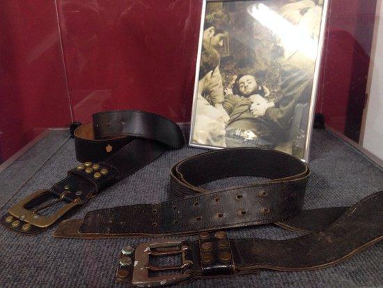 Museo Andes 1972: O cinto original a direita e a réplica usada no filme a esquerda