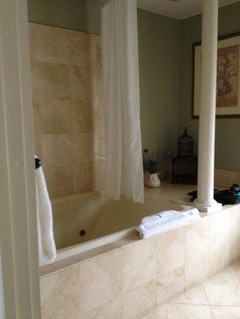 Ship Watch Inn: Bathroom in Cecil Room
