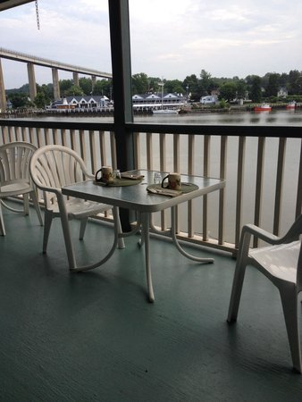 Ship Watch Inn: Breakfast served out on the balcony.