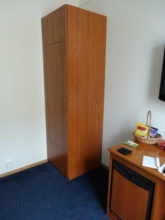 Thon Hotel Gildevangen : Small wardrobe cabinet
