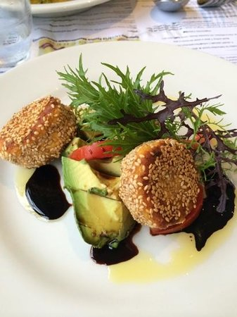 Tierra Kitchen: starter - carrot cakes and salad