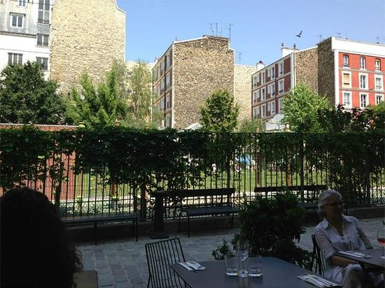 Le Bal Cafe: Pretty terrace for outdoor dining