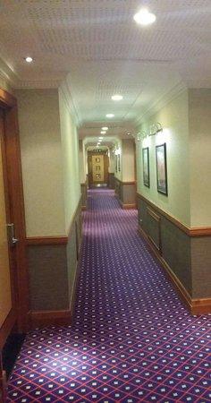 Grange Bracknell Hotel: 4th floor hotel corridor
