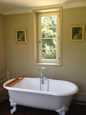 Chateau de la Coutanciere : Romantic bathroom on first floor