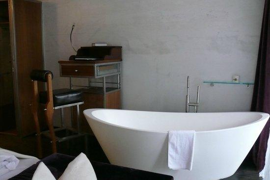 Backstage Hotel Vernissage: La baignoire