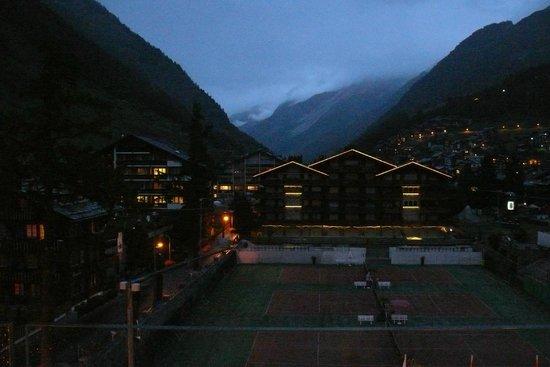 Backstage Hotel Vernissage : La vue du balcon de la chambre d'hotel la nuit