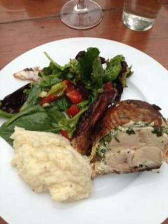 Minam River Lodge: Fire roasted chicken with salad greens and polenta