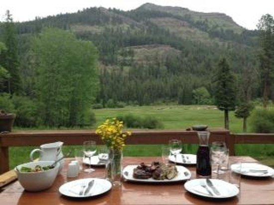 Minam River Lodge: Al fresco dining at the Minam Lodge