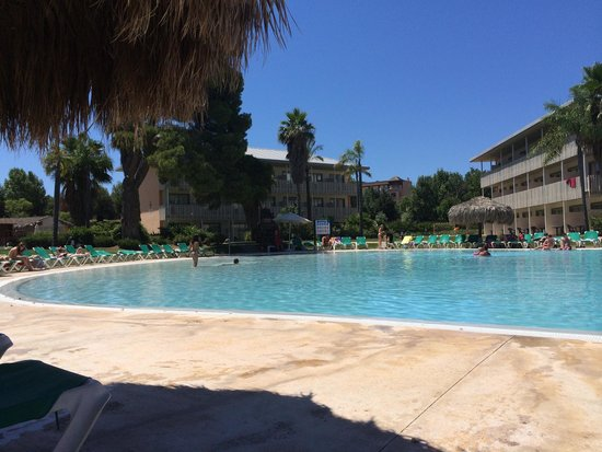 PortAventura Hotel Caribe: Pool at far end