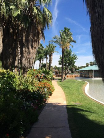 PortAventura Hotel Caribe: Paths to apartment blocks