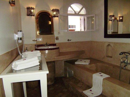 Riad Casa Lila: Jacuzzi incorporado a la habitacion