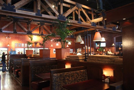 Big River Grille & Brewing: Center dining room