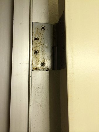 Quality Inn & Suites: Door Frame at Bathroom. NASTY