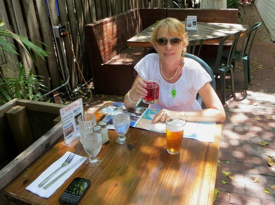 Kelly's Caribbean Bar, Grill and Brewery: Relaxing under the trees.