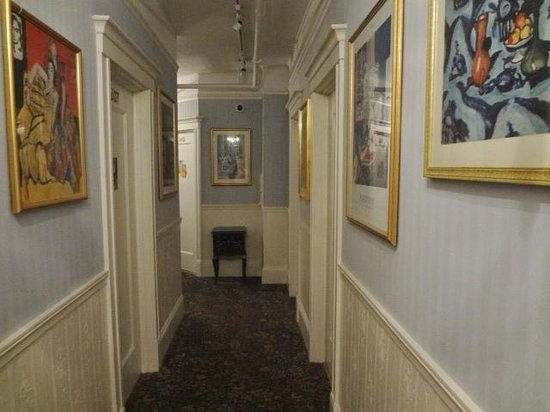 Cornell Hotel de France: hallway to rooms at hotel