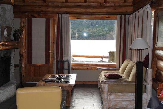Cabanas Puerto Pireo: Vista da sala de estar para o lago