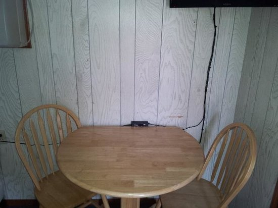 Scotty's Lakeside Resort: tv, table, wall scratches