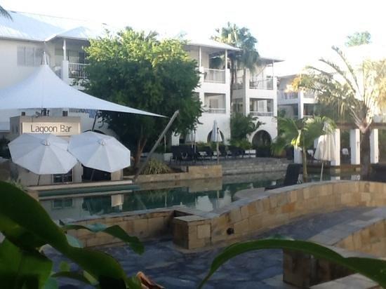 Mantra PortSea: swim up bar and pool