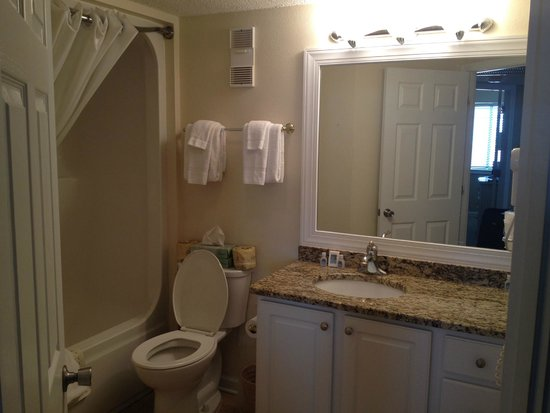 Carolina Winds: main bathroom unit 701