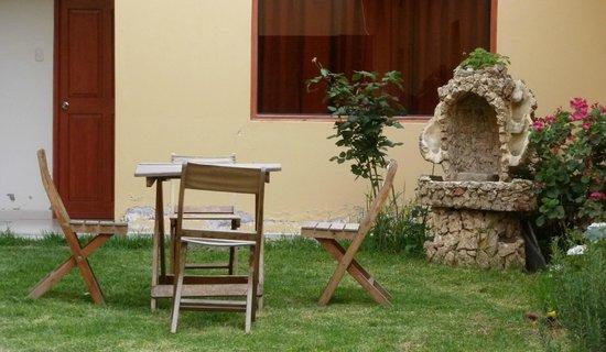 Hotel Casa de Mama Valle: Outside sitting area