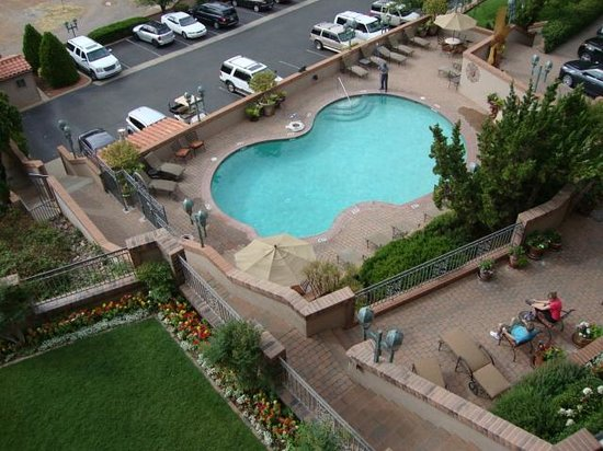 BEST WESTERN PLUS Arroyo Roble Hotel & Creekside Villas : View of pool from room 405