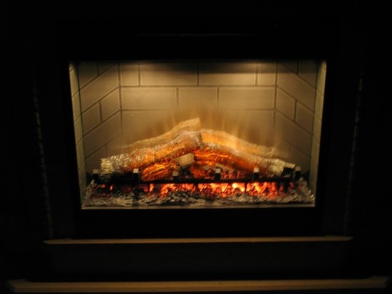 Monte Carlo Inn Barrie Suites: Loft fireplace lit up