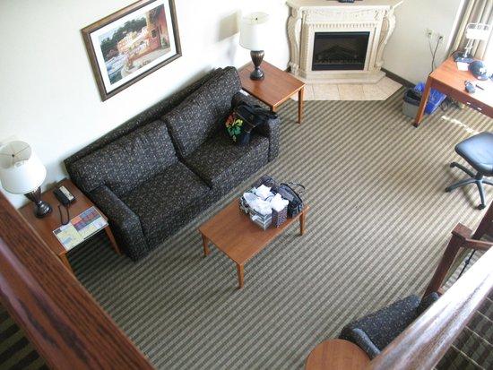 Monte Carlo Inn Barrie Suites: Looking down from the bedroom/loft