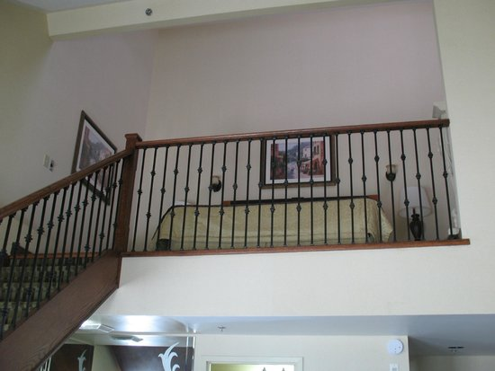 Monte Carlo Inn Barrie Suites: Main level looking up at the bedroom/loft