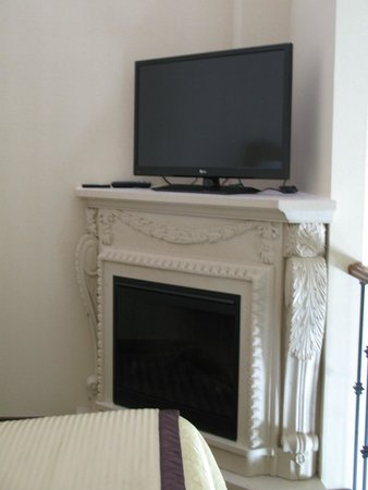 Monte Carlo Inn Barrie Suites: Loft fireplace and tv