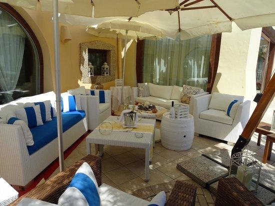 Hotel Club Baia del Porto : salon extérieur