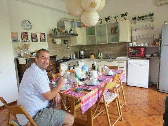 Etna Massalargia: Cocina comedor