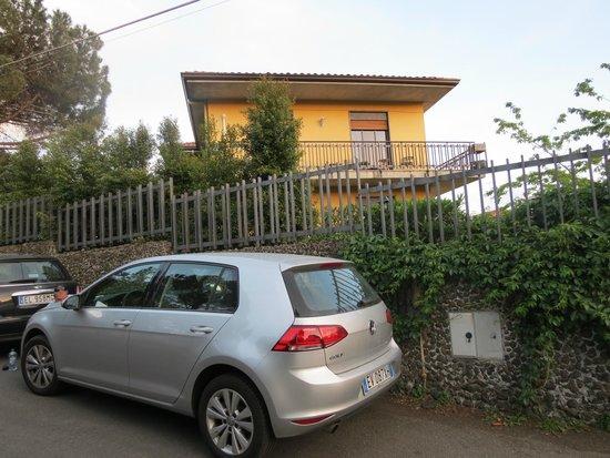 Etna Massalargia: Vista del hotel y nuestra habitación desde la calle