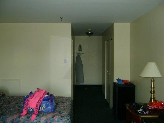 Econo Lodge : corridor de la chambre 228