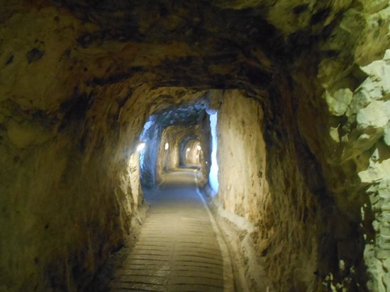 The Great Siege Tunnels : Looking down the tunnel