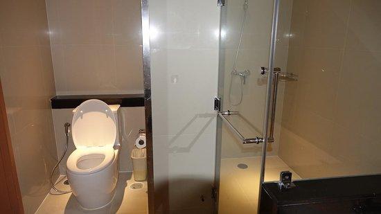 Viva Garden Serviced Residence: トイレとシャワー