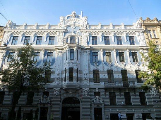 Jugenda Stila Nami: 特徴的な建築のひとつ