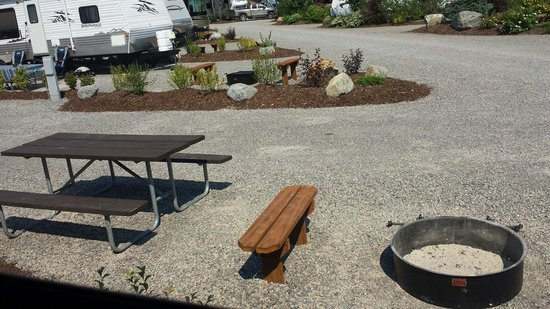 West Glacier KOA: Nice build in benches at fire pits