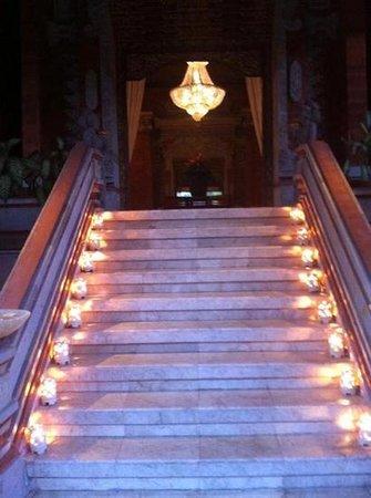 Keraton Jimbaran Beach Resort: escalera que da a los jardines