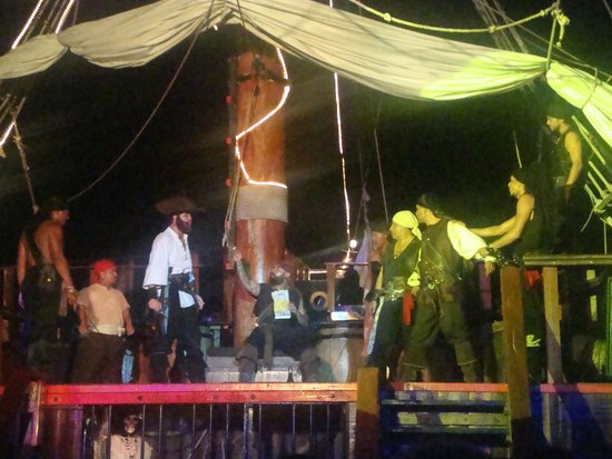 Barco Pirata Jolly Roger Cancún: during the show