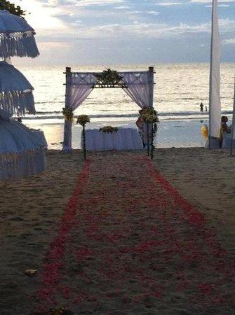 Keraton Jimbaran Beach Resort: casmiento en la playa, fue una germosa sorpresa