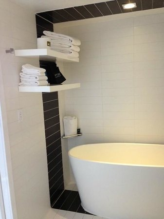 The Donovan, a Kimpton Hotel: bathroom