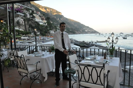 Covo Dei Saraceni: gorgeous terrace restaurant ready for dinner